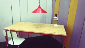 Mesa tablones sobre rojo metal vista superior adornada