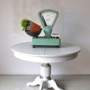 Balanza verde sobre mesa