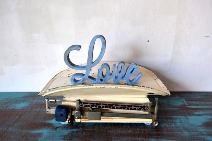 Balanza con letras love