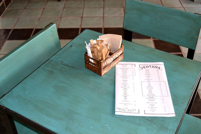 Ventana mercado - mesa con carta