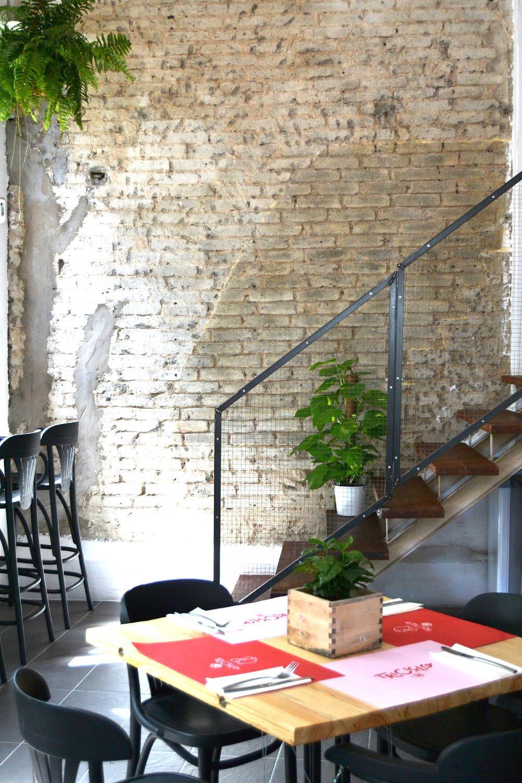 Escalera y mesa en restaurante Triciclo