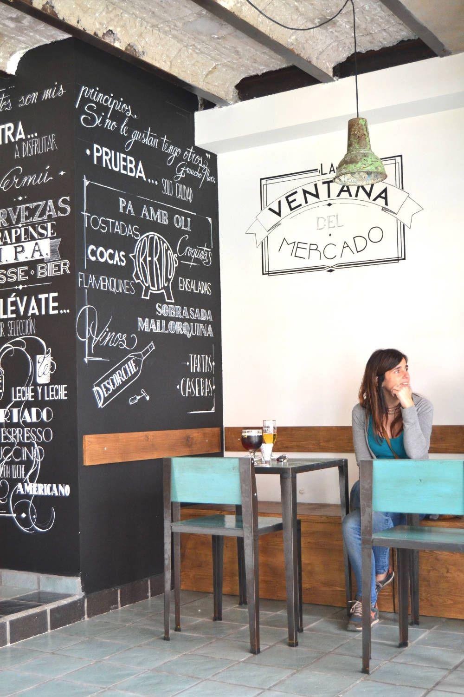 Mesas y columna en Ventana Mercado